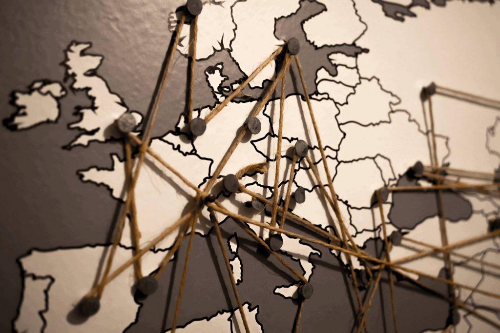 Netzwerk mit Pins auf Weltkarte